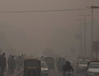 new-delhi-street-covered-with-dense-smog_49094b48-a0e1-11e6-93ed-ab826829dd0b