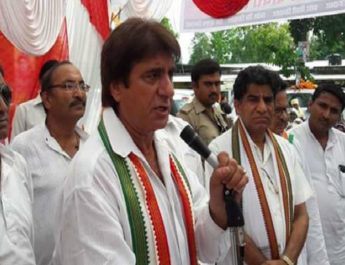 201611252110055118_raj-babbar-protests-outside-rbi-office-in-kanpur_secvpf