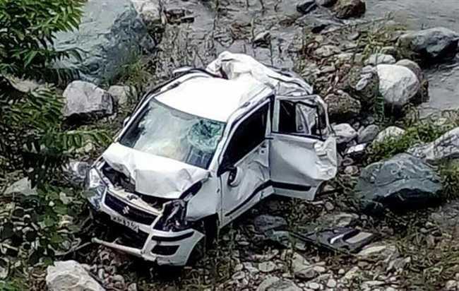 उत्तराखंड: अल्मोड़ा में कार खाई में गिरी, दो लोगों की मौत