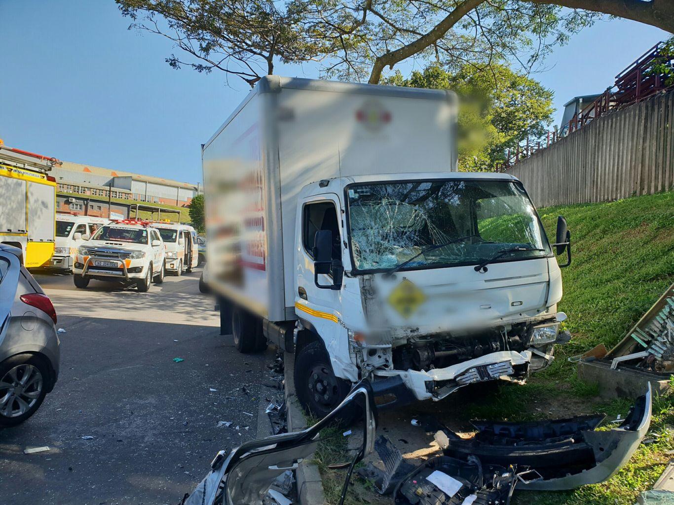 तीन ट्रकों की आपस में हुई टक्कर, तीन लोग घायल