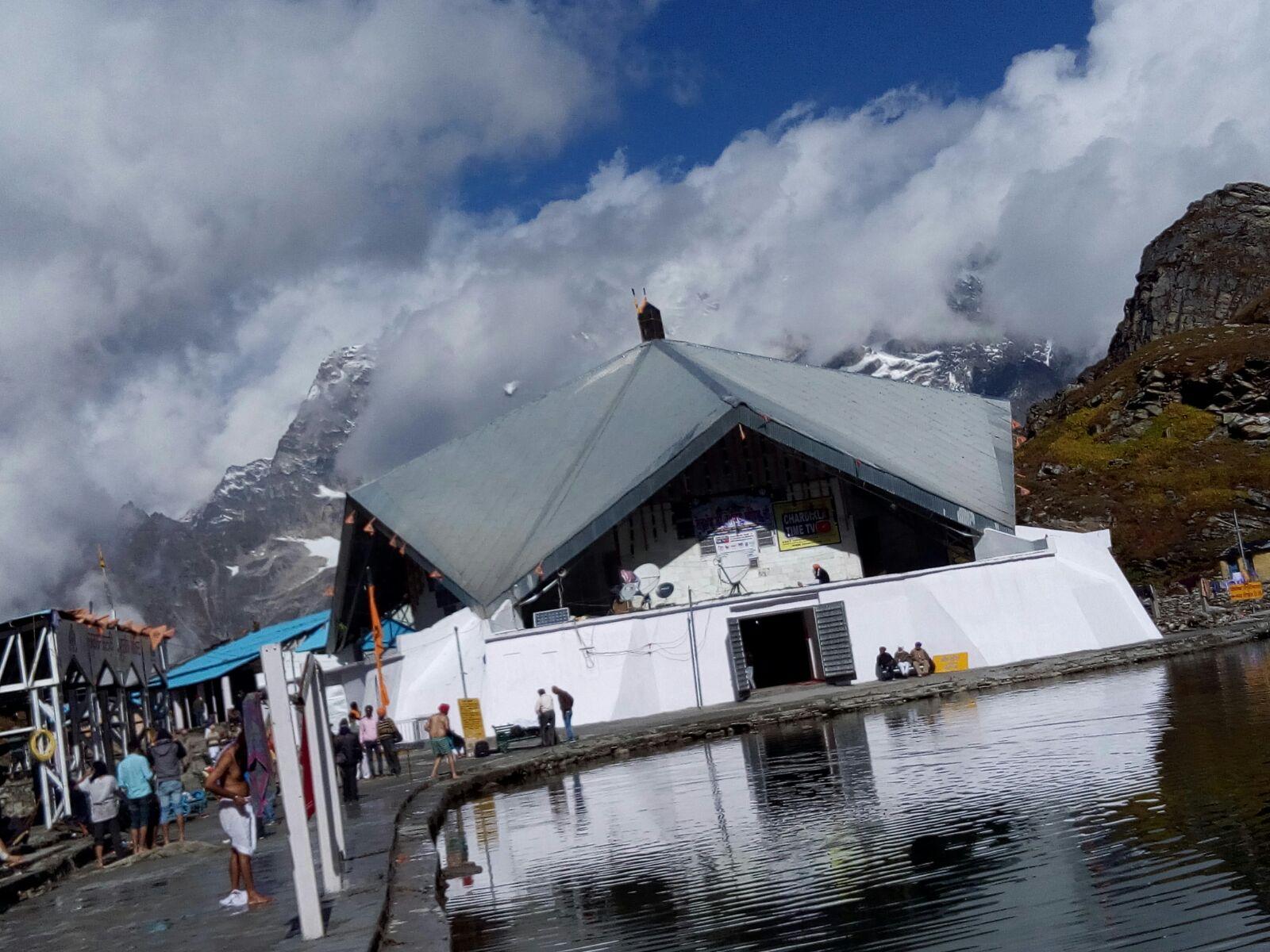 हेमकुंड साहिब गुरुद्वारा और लोकपाल लक्ष्मण मंदिर के कपाट खुले