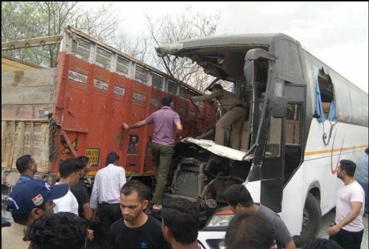 टूरिस्ट बस और ट्रक की टक्कर, कई यात्रियों की हालत गंभीर...